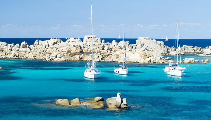 If you are spending your holidays in Palau it is impossible to resist the colours of the sea and the unspoiled landscapes that can be seen on the La Maddalena Archipelago and Corsica.